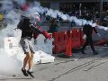 V uliciach Hongkongu to stále vrie: Na demonštrantov zaútočili nielen policajti