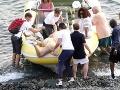 Bradley Cooper pomáhal Katy Perry nasadnúť do člna.