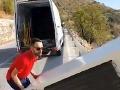 VIDEO Zločin proti prírode: Muž zhodil z útesu chladničku, geniálny krok polície