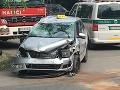 PRÁVE TERAZ Vážna nehoda v Bratislave: FOTO Zrážka troch áut, jedno skončilo na streche