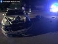Hrozivá zrážka na východe Slovenska: FOTO Mladík nedal prednosť motorkárovi, preletel cez auto