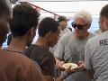 Vzácna návšteva na lodi zachránených migrantov: Známy herec im priviezol aj jedlo
