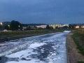FOTO Hron vo Zvolene pokryla neznáma biela pena: Situáciu už rieši polícia