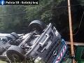 Pri Malých Uherciach sa prevrátil kamión: Vodič vyviazol so zraneniami