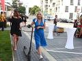 Dana Strculová dorazila na párty na kolobežke.