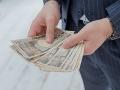 Milionár ponúka mladým pekným chlapom tisíce: Stačí, aby s jeho snúbenicou spravili...