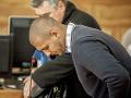 Michael D. so svojím advokátom v pojednávacej miestnosti Špecializovaného trestného súdu v Banskej Bystrici