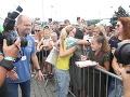 Speváčka Dara Rolins sa trpezlivo venovala fanúšikom.