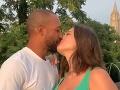 Ashley Graham a jej manžel Justin oslávili 9. výročie svadby. Čoskoro sa dočkajú bábätka.