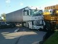FOTO Vážna dopravná nehoda v Prievidzi, zrazili sa dva nákladiaky a osobné auto