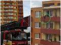 Horor v Pezinku: FOTO Muž s nožom chcel skočiť z balkóna, policajný vyjednávač v akcii
