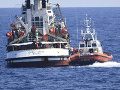 Tri týždne nekonečného čakania na mori: Záchranná loď s 83 migrantmi zakotvila na Lampeduse