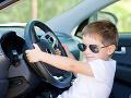 Osemročný chlapec zobral matke auto: Neuveríte, čo s ním stváral na diaľnici