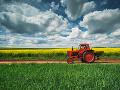 Na východe tuhla krv v žilách: Hrôzostrašné prevrátenie traktora, muž utrpel početné zranenia