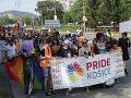 FOTO Stovky ľudí pochodovali Košicami za práva LGBTI: Za nimi pokrikovali prívrženci ĽSNS