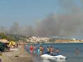 VIDEO Rýchly koniec dovolenky: Na gréckom ostrove Samos zúri požiar, evakuovali stovky turistov