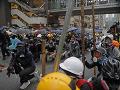 Protesty v Hongkongu sa zvrhli na nepokoje: Polícia musela rozháňať dav, viac ako 30 ľudí zatkli
