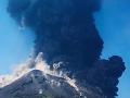 VIDEO Malý infarkt pre turistov v Taliansku: Sopka Stromboli silno vybuchla, zasiahli hasiči