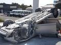 FOTO Auto sa nárazom prevrátilo na strechu: Vo vozidle bolo aj malé dieťa