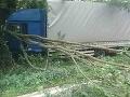 PRÁVE TERAZ Dopravná nehoda v Brezovej pod Bradlom: FOTO Kamión vpálil do stromu