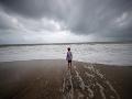 Sila hurikánu Dorian sa z piatej kategórie v pondelok znížila na štvrtú