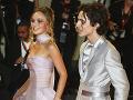 Lily-Rose Depp a Timothée Chalamet na červenom koberci.