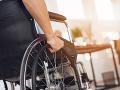 Kuriózna nehoda v Nových Zámkoch: Muž na invalidnom vozíku vážne zranil dôchodkyňu