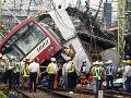 FOTO Hrozivá zrážka vlaku a nákladiaku v Jokohame: Zranilo sa najmenej 30 ľudí