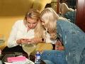 Erika Bugárová a Dominika Grecová zahĺbené do sveta sociálnych sietí.