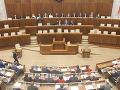 Poslancov v parlamente čaká