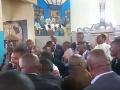 Poslanci sa nezastavili pred ničím: VIDEO hanby! Chaos a bitka v kostole, tvrdá reakcia cirkvi