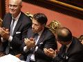 Taliansky premiér Giuseppe Conte tlieska po tom, ako Senát vyslovil dôveru jeho novej vláde