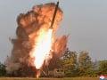 FOTO Severná Kórea otestovala veľký raketomet, dohliadal na to aj Kim Čong-un