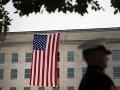 Americká vlajka visí na budove Pentagónu pri príležitosti 18. výročia teroristických útokov 11. septembra 2019 vo Washingtone