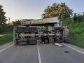 Ups, toto vodič nákladiaku neodhadol: FOTO havarovaného kolosu, centimetre navyše sú niekedy problém