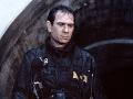 Tommy Lee Jones vo filme Utečenec.