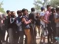 VIDEO Otrasné podmienky v tábore pre migrantov v Bosne: Utečenci hrajú