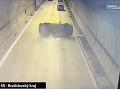 Hrozivé VIDEO nehody v tuneli Sitina: Auto zastalo po 200 metroch, prevrátilo sa na bok