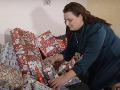 Mamička posadnutá Vianocami: VIDEO V aute vozila obrovského medveďa! Neuveríte prečo