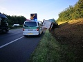 AKTUÁLNE Na D2 v smere do Bratislavy je nehoda: FOTO Kamión skončil v priekope, rátajte so zdržaním