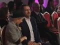 Aj partner Lucie Forman Habancovej držal svojej partnerke počas celej šou nohu.