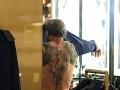 Sylvester Stallone skrýva pod tričkom výrazné tetovania.