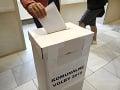 Volič vhadzuje hlasovací lístok