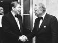 Na tejto fotografii z 26. januára 1985 vtedajší americký prezident Ronald Reagan (vľavo) a Barron Hilton si podávajú ruku.