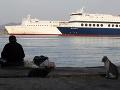 V mori sa prevrátil trajekt s najmenej 60 ľuďmi: Pobrežná stráž zachránila všetkých