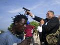Šialené vyčíňanie haitského senátora: VIDEO Strieľal do demonštrantov pred parlamentom