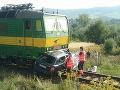 Zrážku nákladného vlaku s vozidlom neprežili tri osoby.