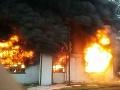 MIMORIADNE V Trnave pohltili plamene sklad chemikálií: VIDEO Požiar majú hasiči pod kontrolou
