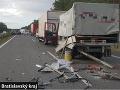 FOTO hrozivej kolízie nákladiakov a auta na D2: Vozidlo náraz totálne zdemoloval!