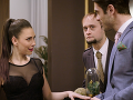 Dominika Žiaranová sa zahľadela do bohatého hosťa a tvárila sa, že nie je čašníčkou.